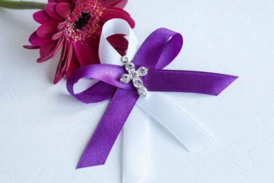 Svatební vývazek se stuhou a krásným křížkem fialový