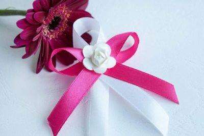 Svatební vývazek se stuhou a papírovou kytičkou