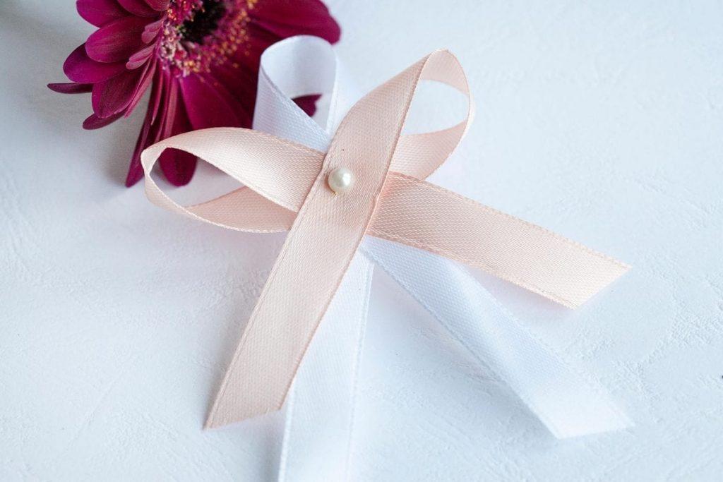 Svatební vývazek se stuhou a malou perličkou